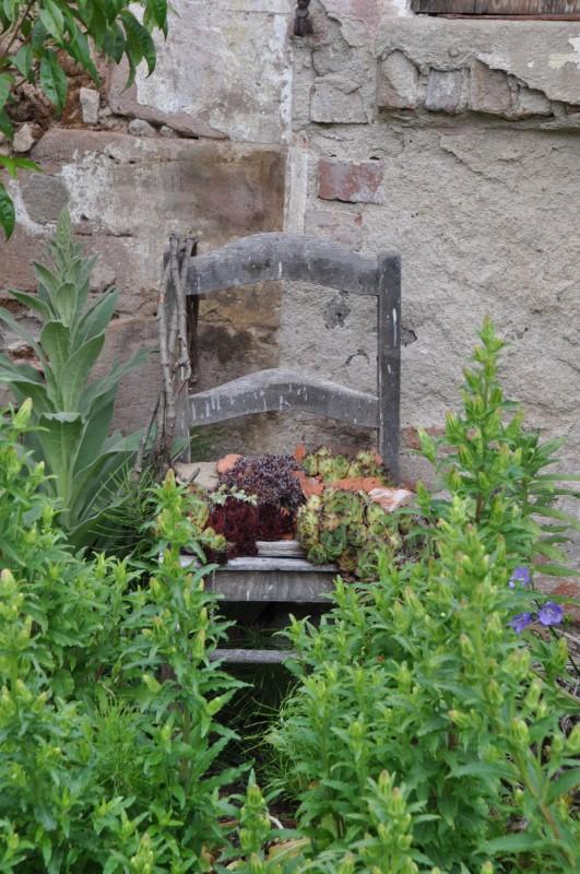 Wie hübsch so ein alter Stuhl doch aussehen kann, gesehen in Wolframs-Eschenbach an der Burgenstraße.