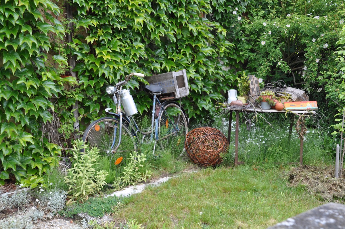 fahrrad im garten ein stck fahrrad in alt weiss rostige gartendeko gartendeko fahrrad garten. Black Bedroom Furniture Sets. Home Design Ideas