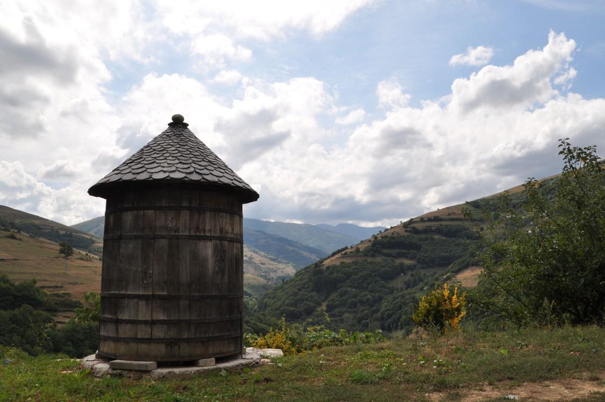 Dieses ungewöhnliche Garten-Gerätehäuschen aus einem ausgedienten Weinfass habe ich auf dem Weingut von Antonio Álvarez in Asturien gesehen.