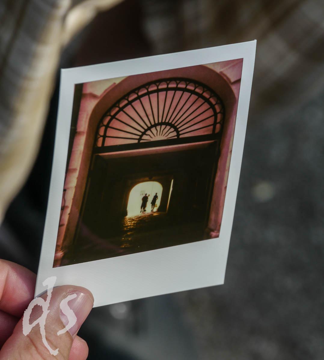 Alter Hausdurchgang in heutiger Zeit im Achtziger-Jahre-Look auf Fotopapier gebannt