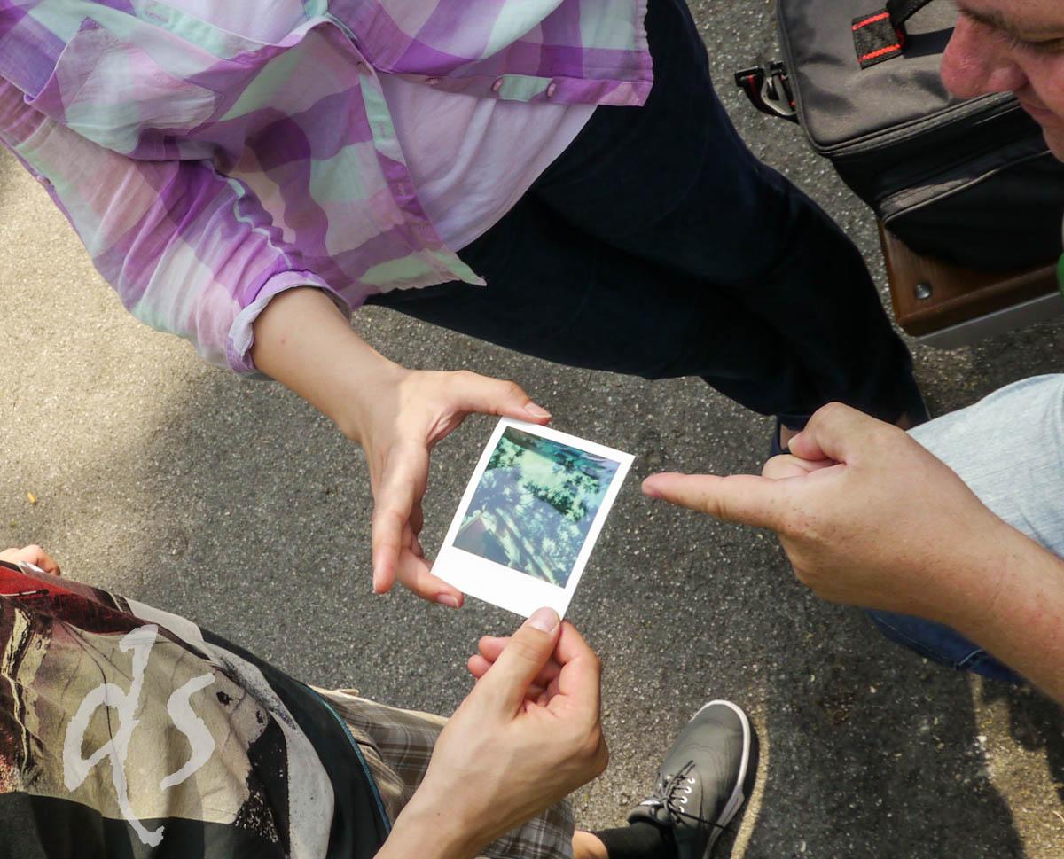 Was ist drauf? Die Polaroid brauchen ihre Zeit zum Entwickeln und beanspruchen die Neugier.