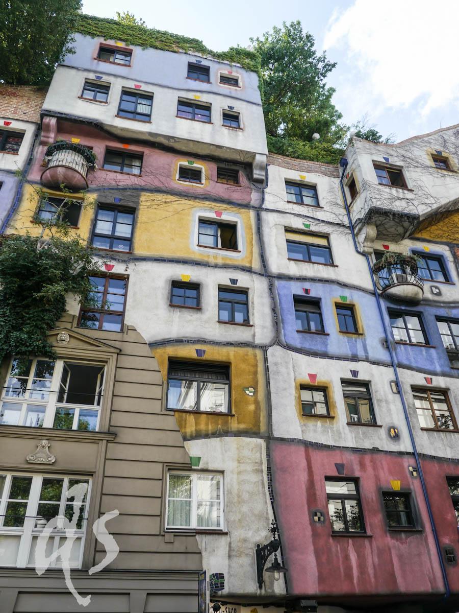 Nicht direkt an der Donau, aber auch sehr wellenförmig in Fassade und Bodenstruktur: ein Werk von Hundertwasser