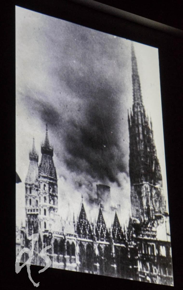 Alte Fotos vom Brand des Stefansdoms in Kriegszeiten gehören zur Dach-Führung