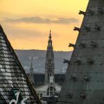 Der Blick vom Stefansdom-Dach geht an Ziegeln und Türmen vorbei
