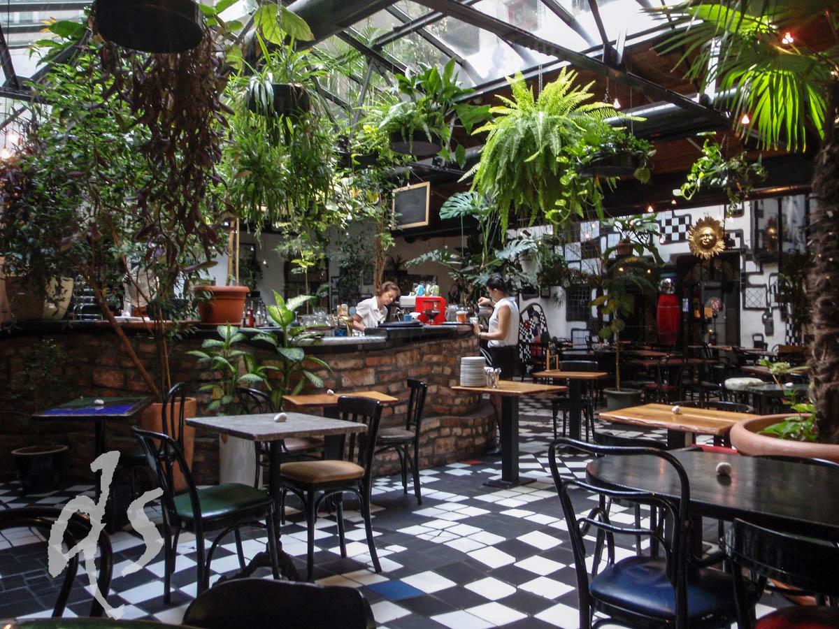 ... oder in eins der Cafés und Kaffeehäuser einkehren. Hier das schräge grüne im Hundertwasserhaus.