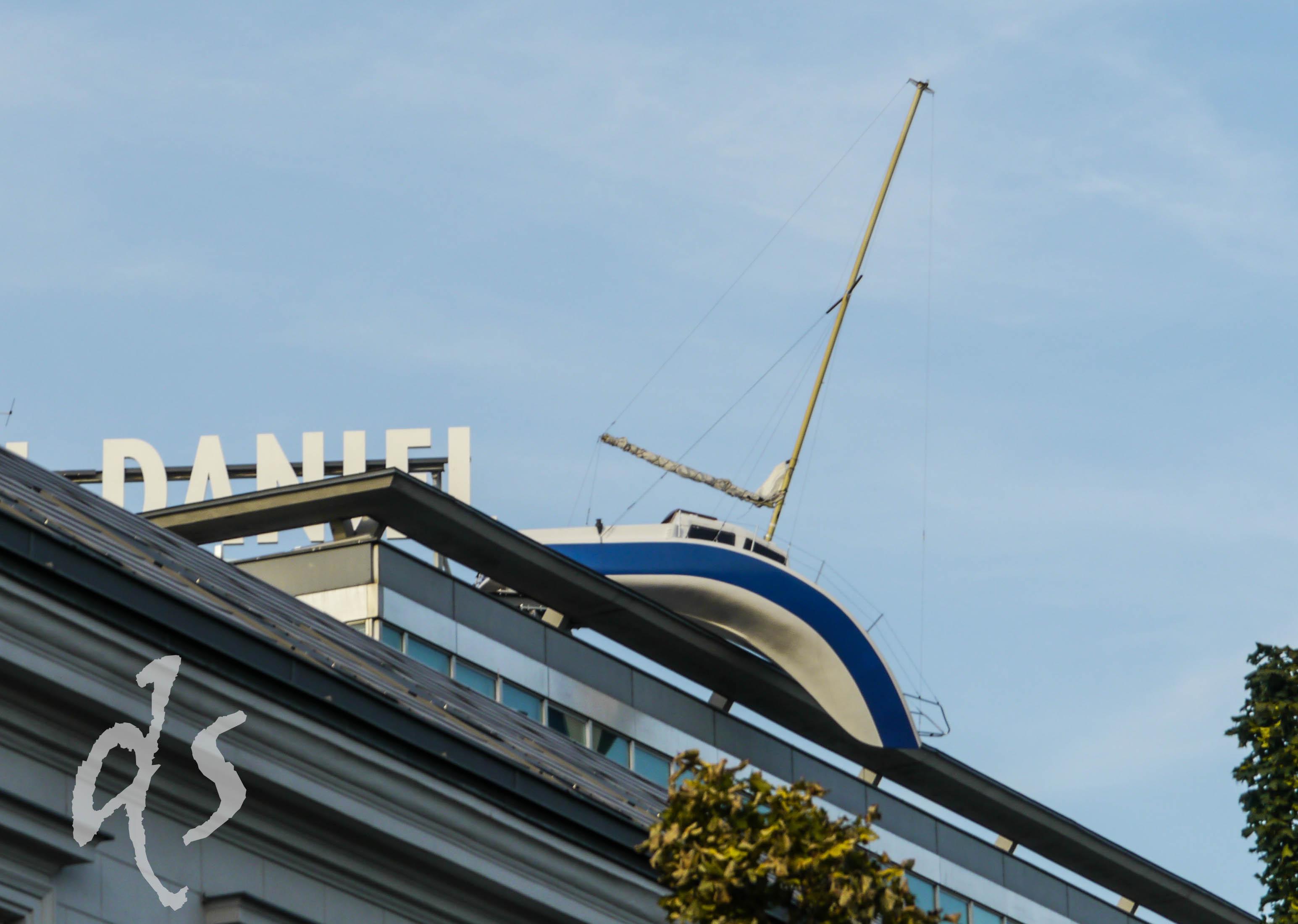 Ein gestrandetes Segelboot scheint sich über die Dachkante von Hotel Daniel herunterzubiegen - ist das Kunst oder kann das weg?