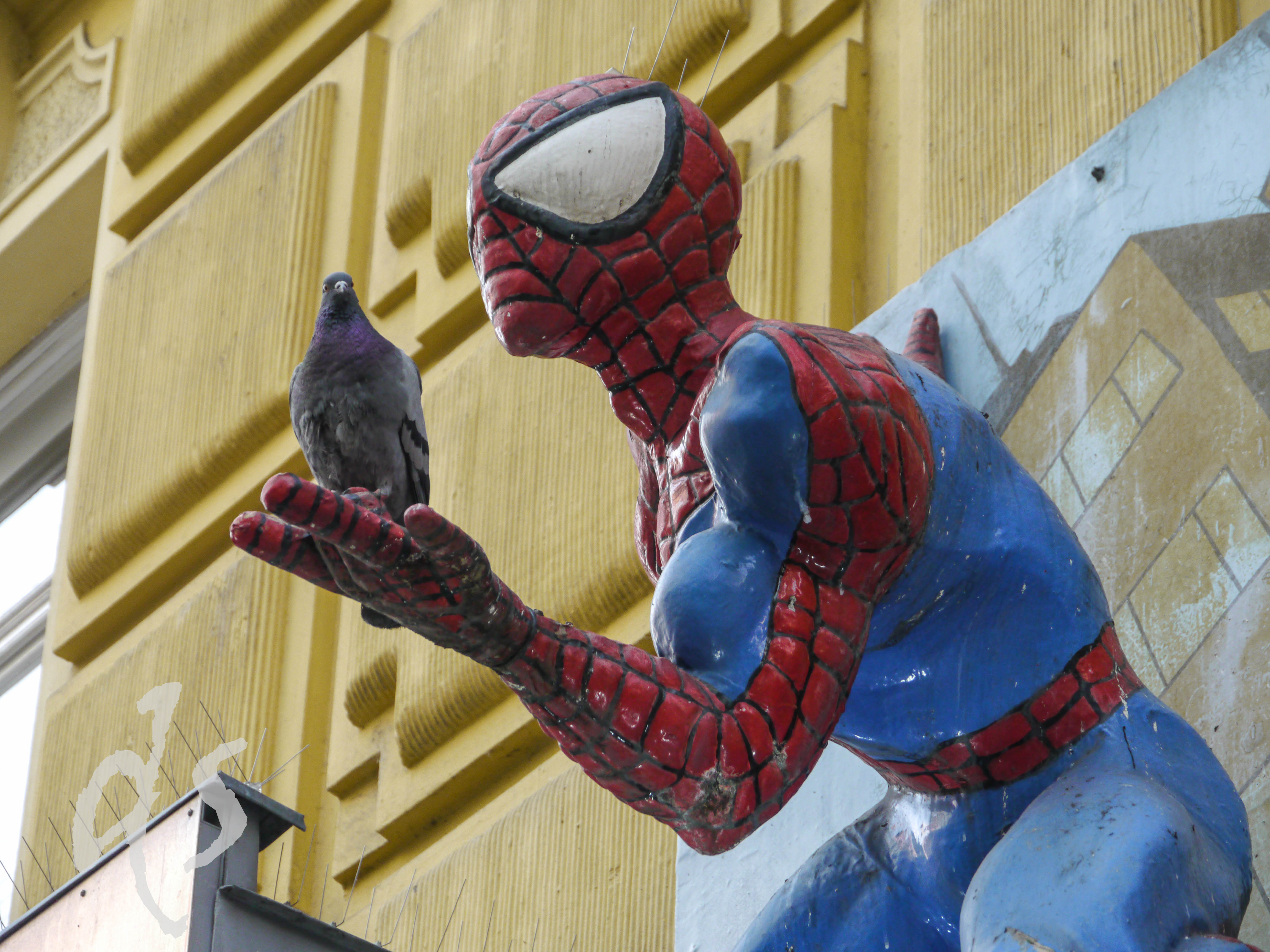 Dieser Spiderman hängt zwar nicht vor dem alten Kino - würde aber gut passene...