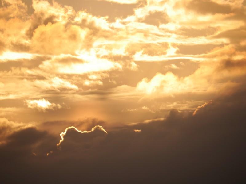 Güldener Sonnenaufgangshimmel über dunkler Insel-Silhouette