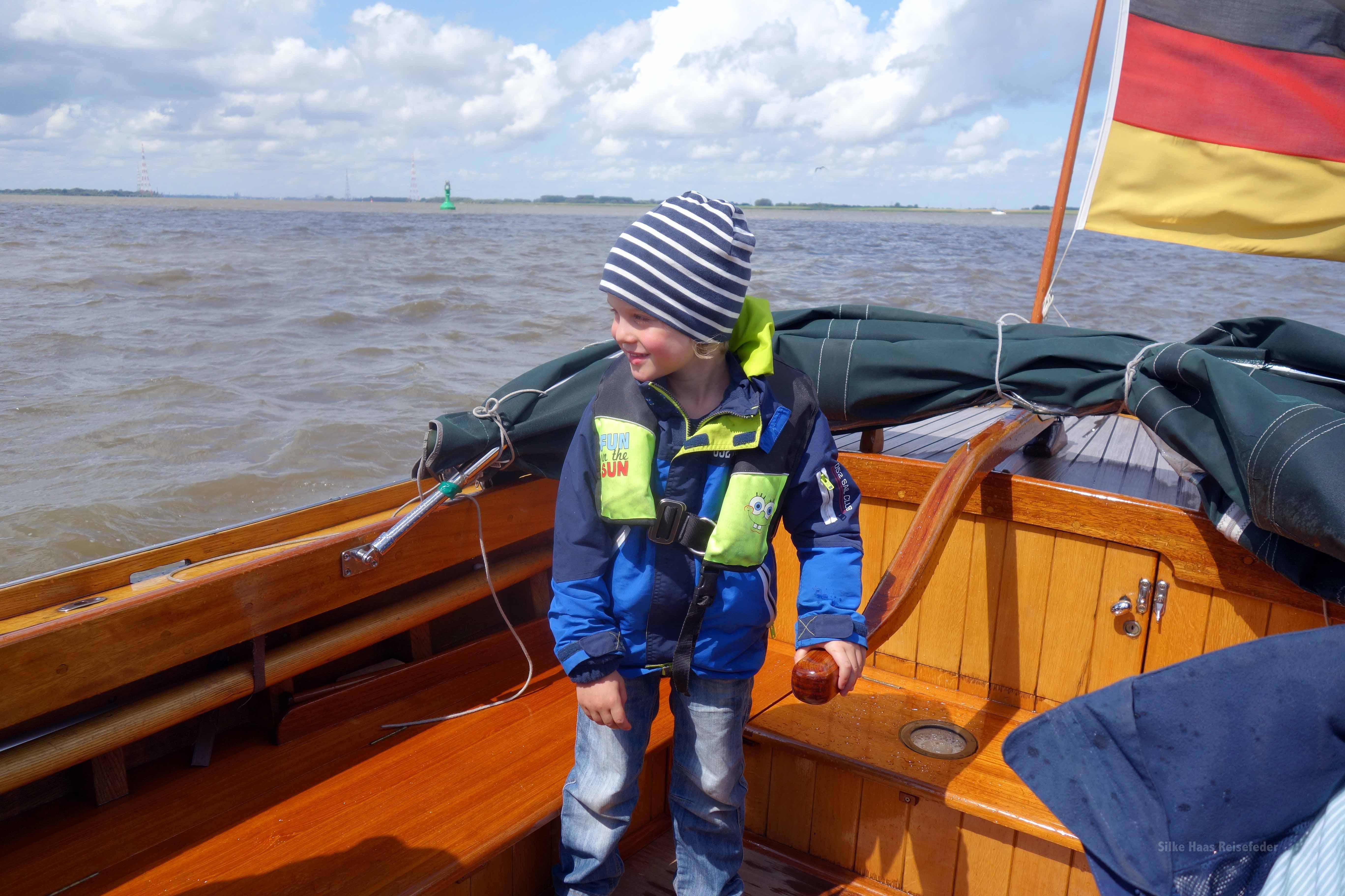 Frederik steuert das Tuckerboot auf der Elbe