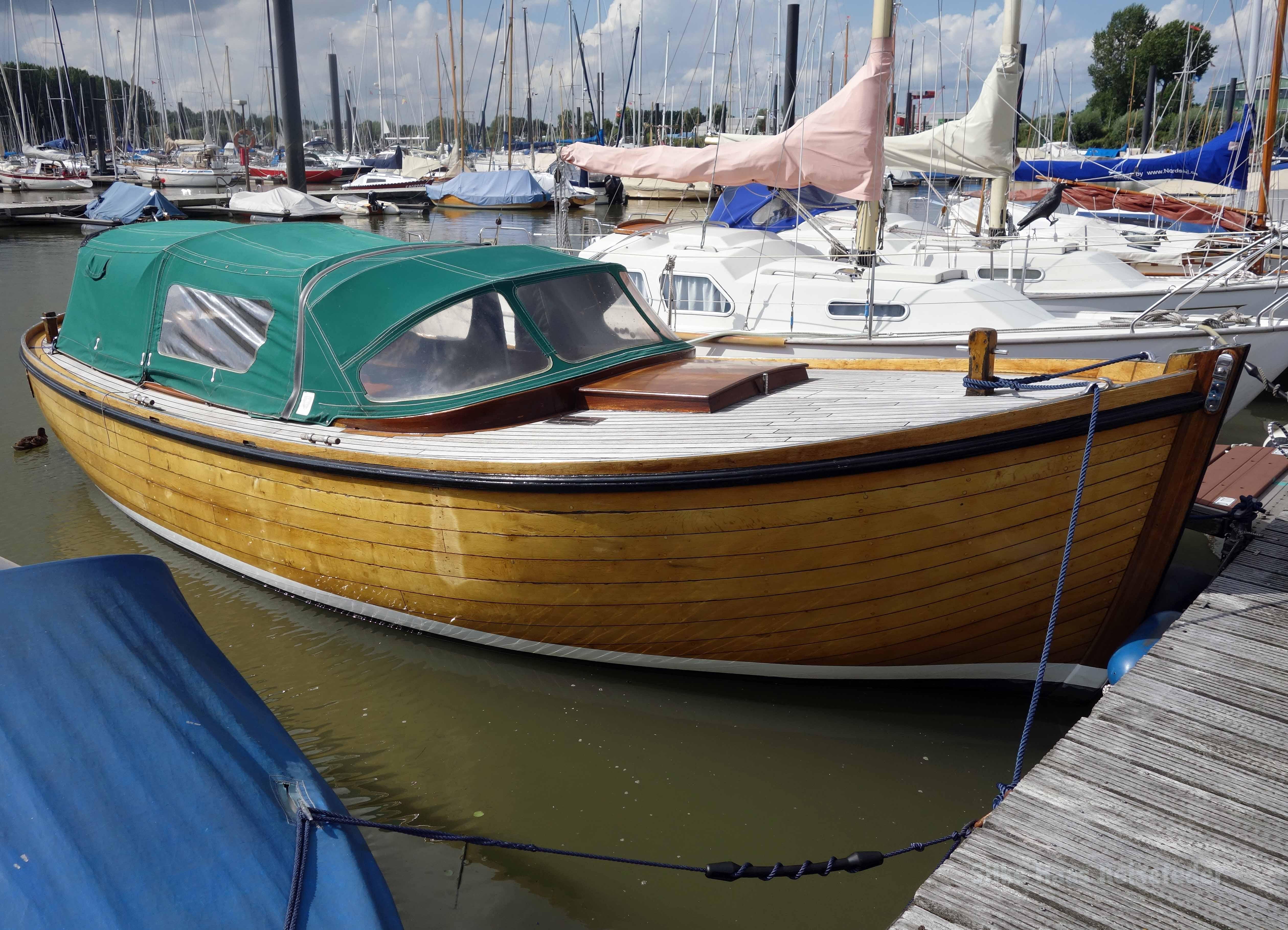 Ein herrlich gepflegtes Tuckerboot im Hafen von Wedel