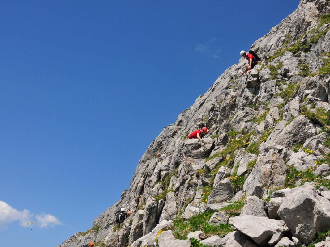 Zwei Kletterer im Felsen