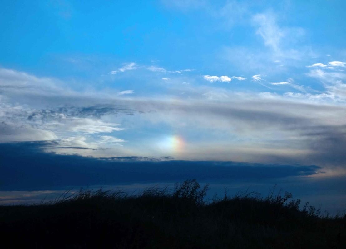 Ein runder Regenbogen vor der Sonne, eine Halo. Halos sind Vorboten schlechten Wetters