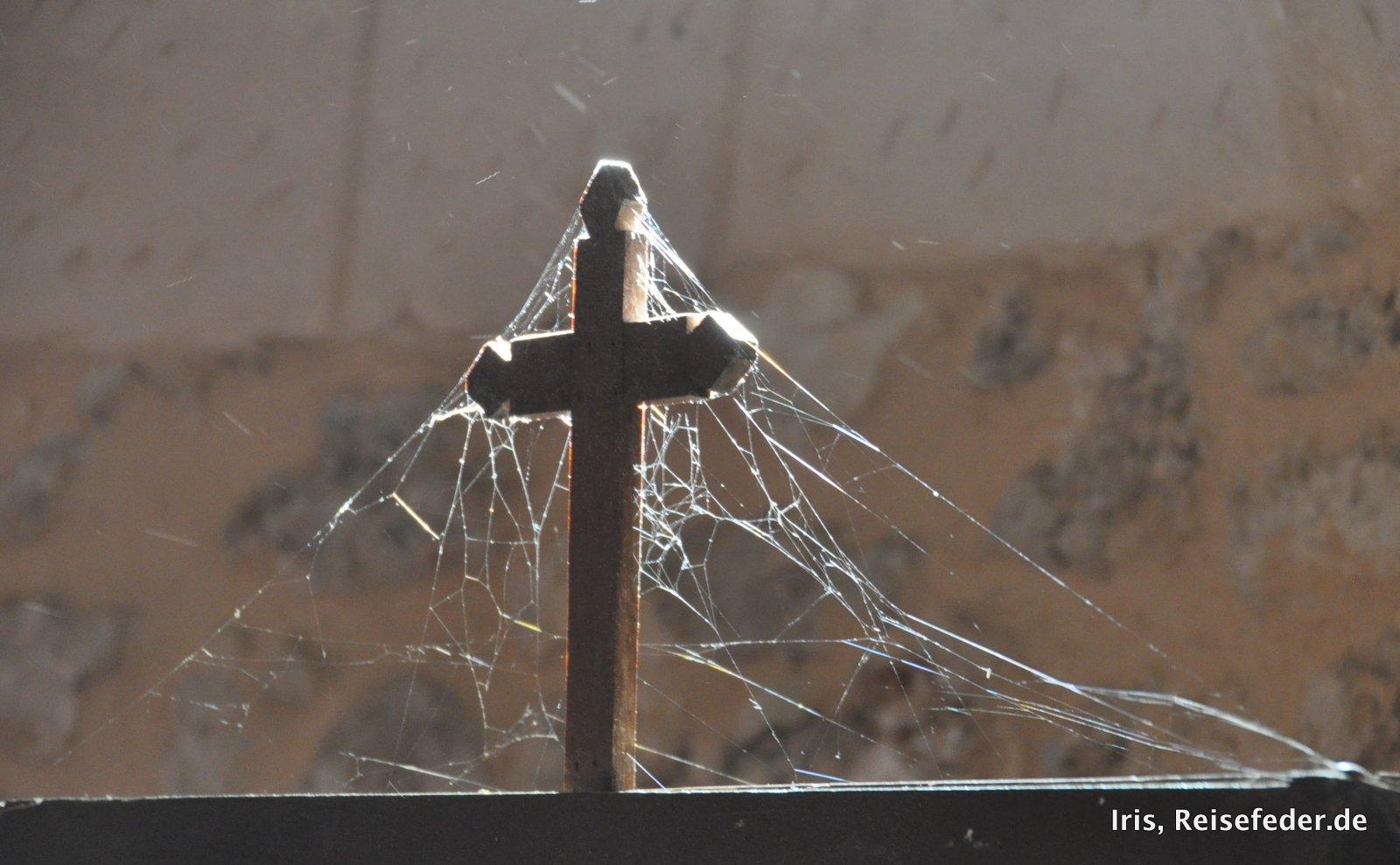 Kreuz in einer Kirche an der Wollroute