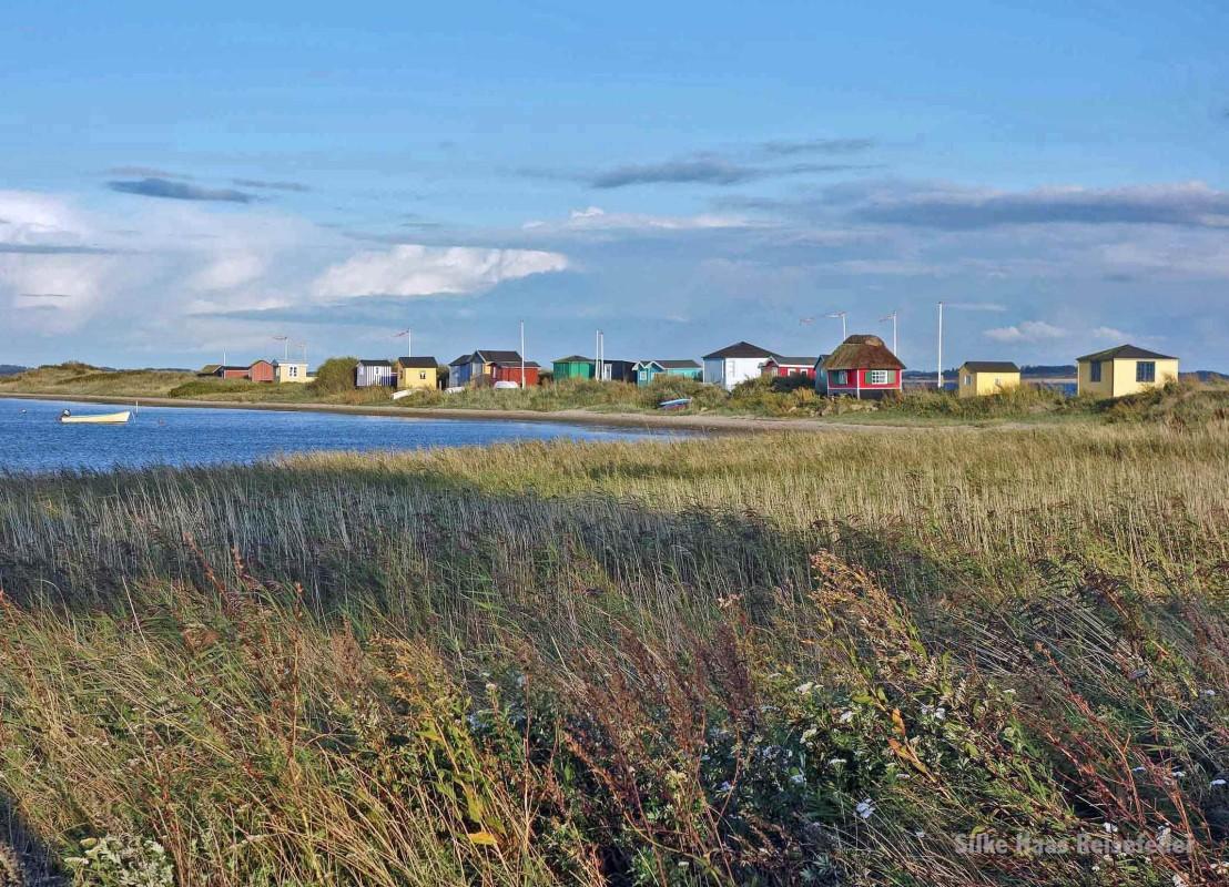 Bunte Strandhäuser auf der Landzunge der dänischen Insel Ärö