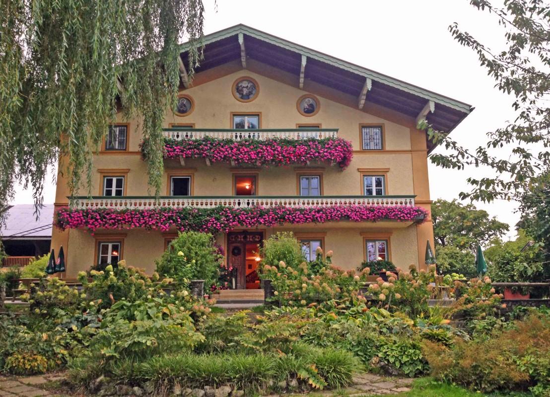 Prächtige Geranien schmücken die Balkone vom Moierhof im Chiemgau