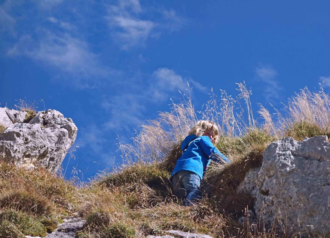 Kind klettert auf der Alpspitze