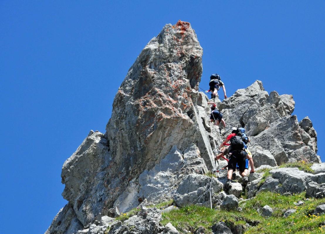 Kletterer am Gipfel auf einem Klettersteig auf dem Engelberg in der Schweiz