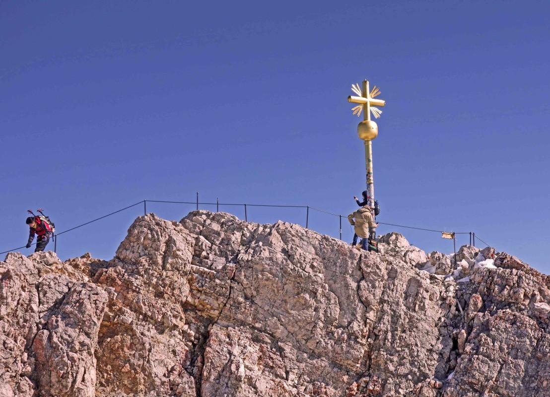 Gipfelkreuz auf der Zugspitze, das nur über einen Kletterstaig zu erreichen ist