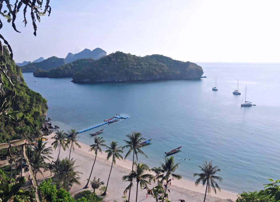 Bucht mit Sandstrand und Palmen in Thailand