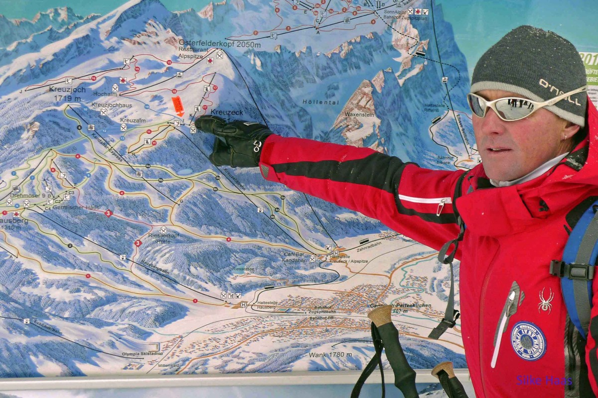Bergführer Robert vor einer Karte