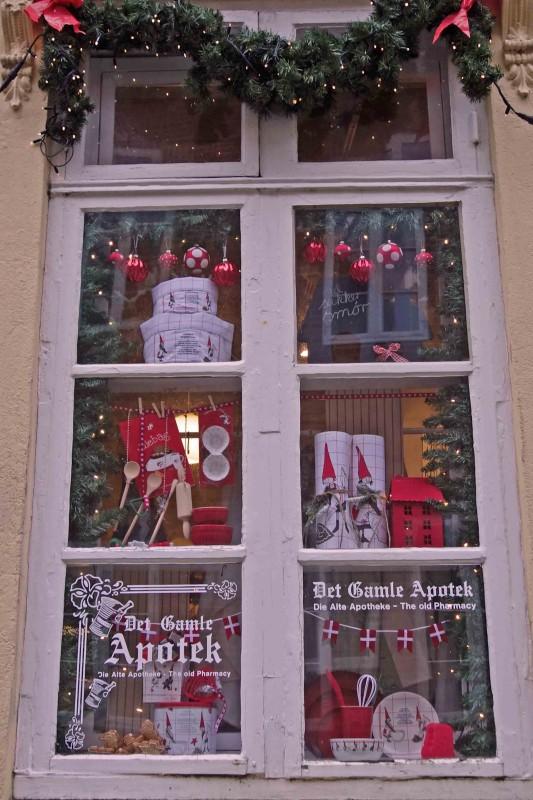 Weihnachtlich geschmücktes Schaufenster der Gamle Apotek in Tondern
