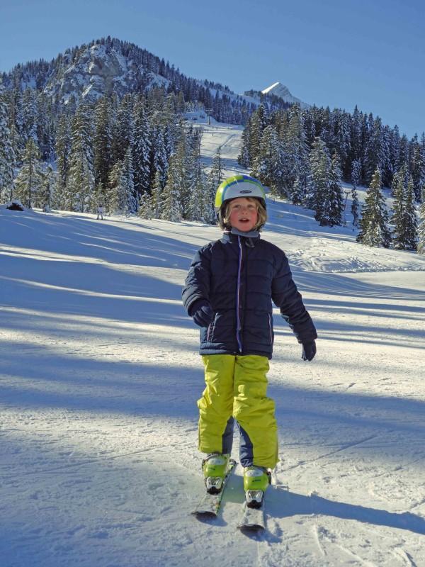 Kind auf Skiern im kinderland auf dem Hausberg Garmisch-Partenkirchen