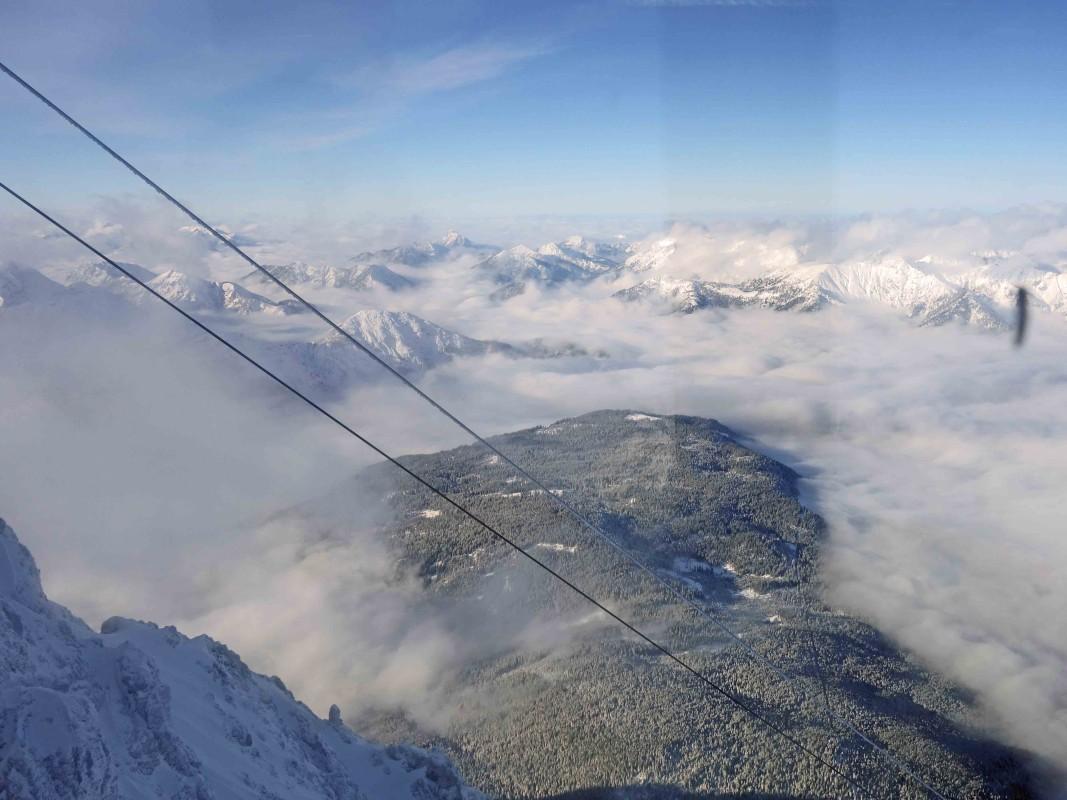 Verschneite Berggipfel - Blick aus der Eibsee-Seilbahn