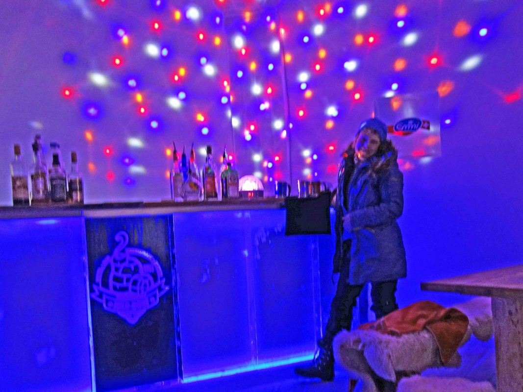 Discolicht an der bar im Igludorf auf der Zugspitze