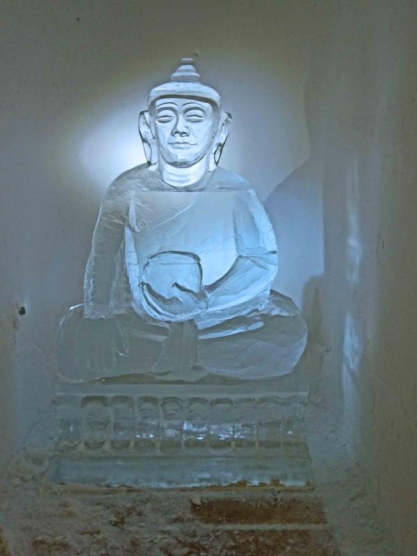 Ein Buddha aus Eis gibt dem Iglu-Dorf das besondere Ommm