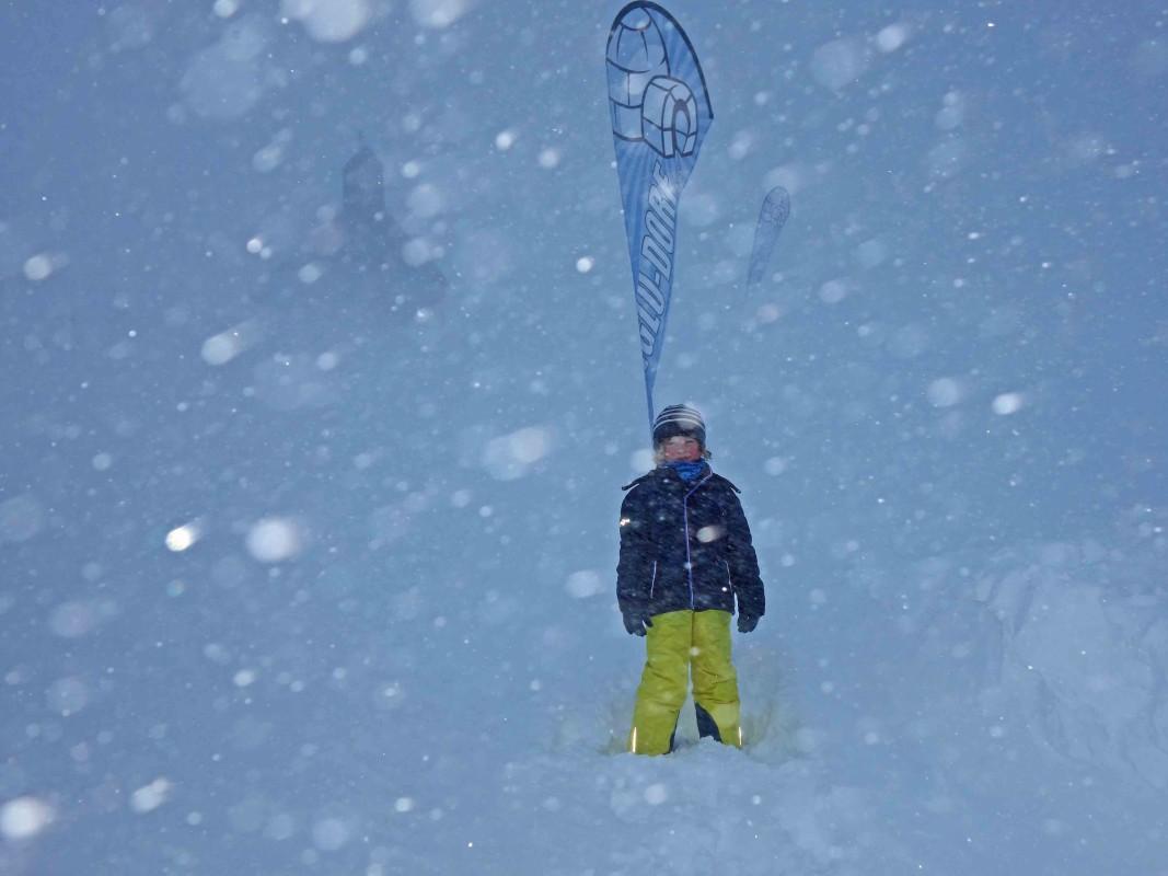 Schnee auf dem Weg zum Iglu auf der Zugspitze