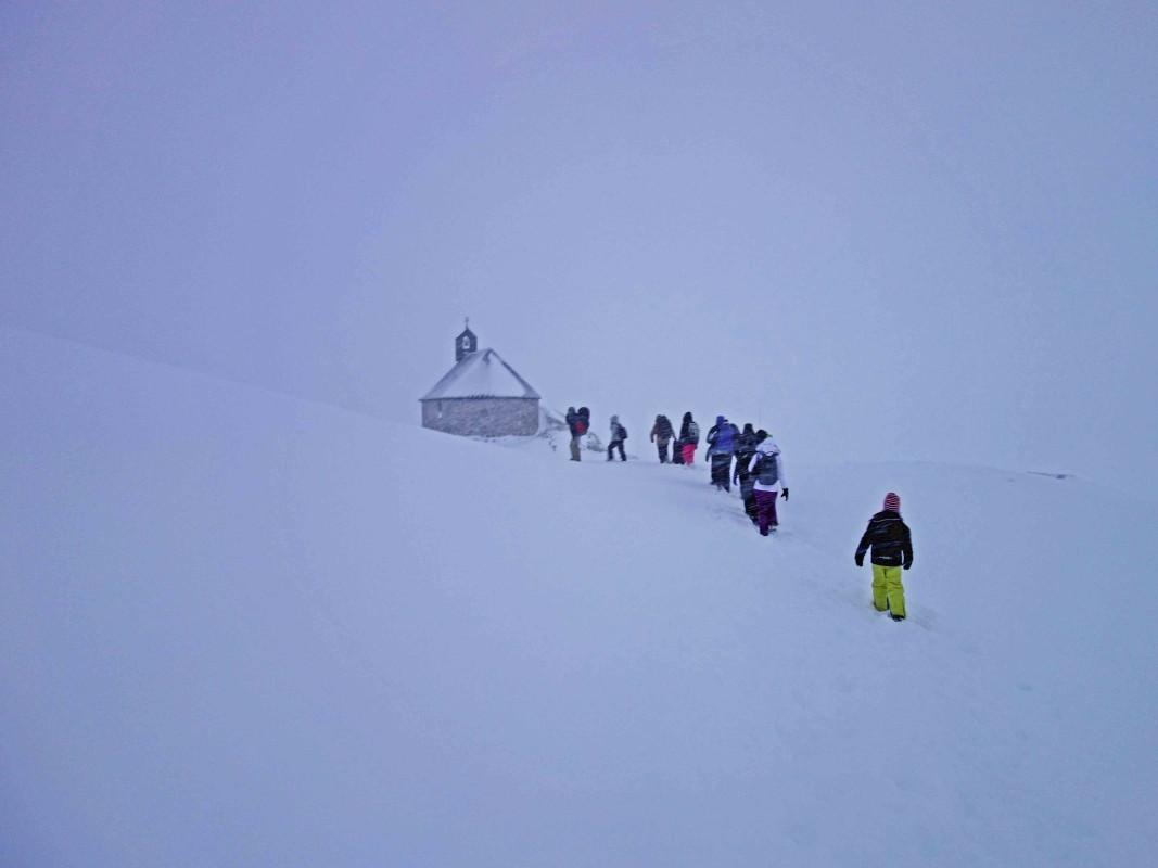 Menschen im Schnee auf der Zugspitze, nach der Nacht im Iglu