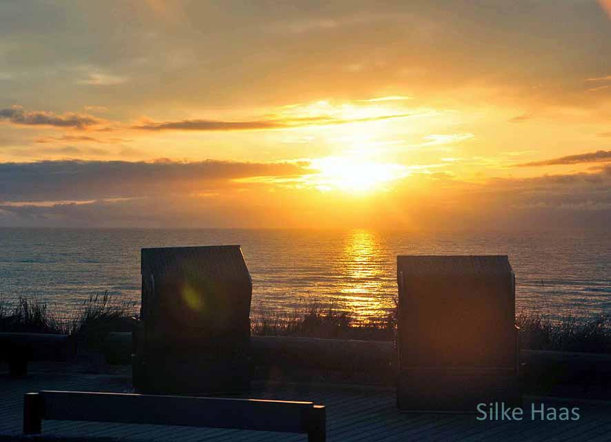 Strandkörbe im Sonnenuntergang