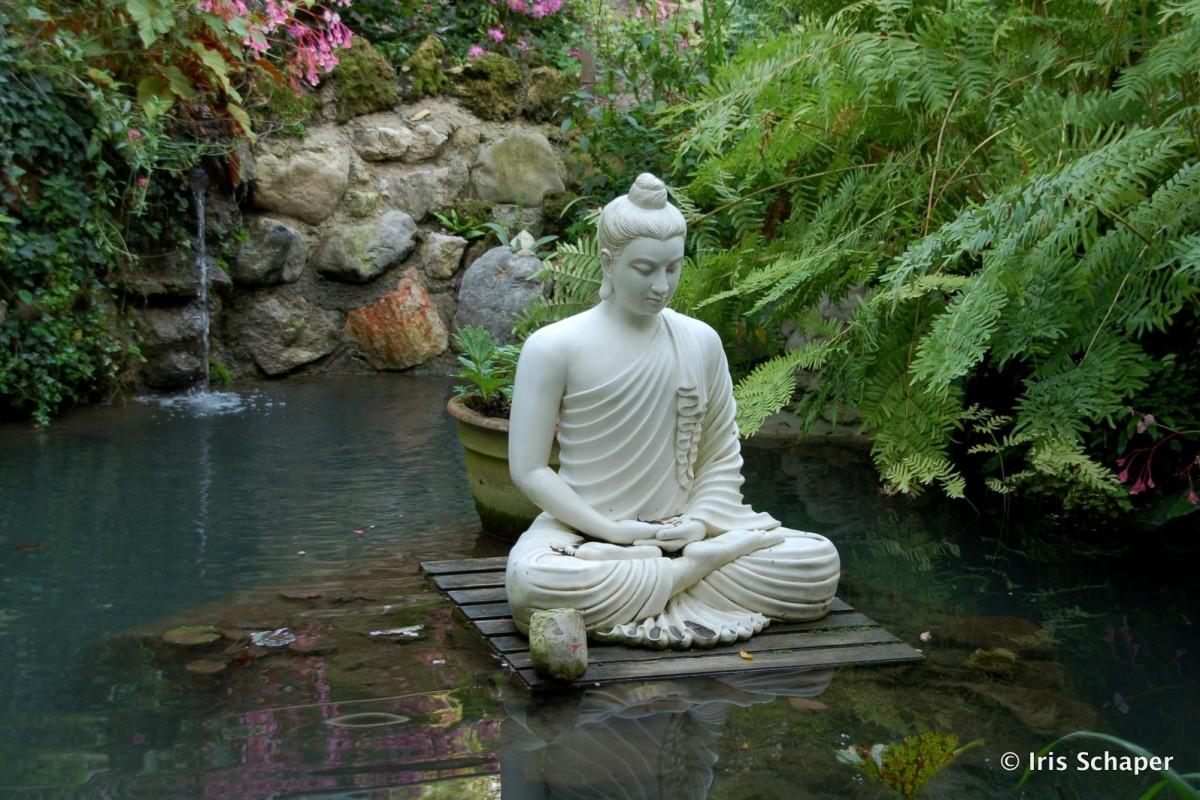 Ruhe und Entspannung vermittelt die Buddha-Skulptur