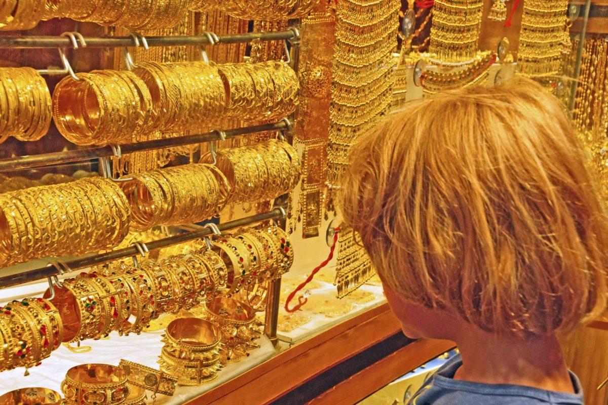 Kind mit goldblonden Harren auf dem Goldmarkt in Dubai