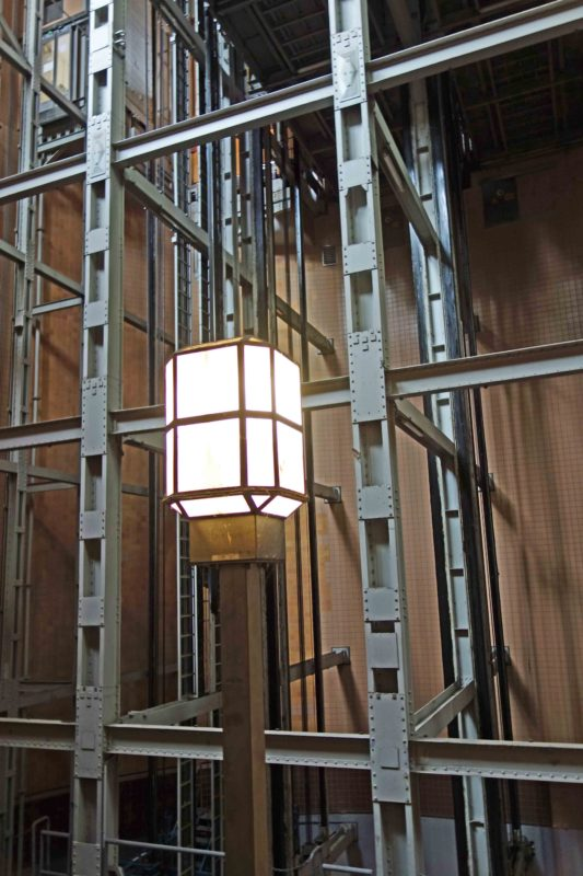 Laterne vor den Aufzügen im Alten Elbtunnel