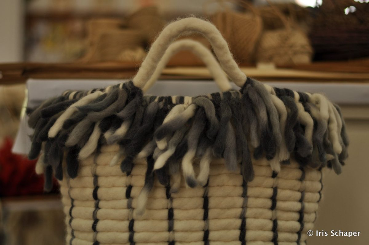 handtasche-aus-dicken-schafwollstraengen-bei-korbflechterin-in-galicien