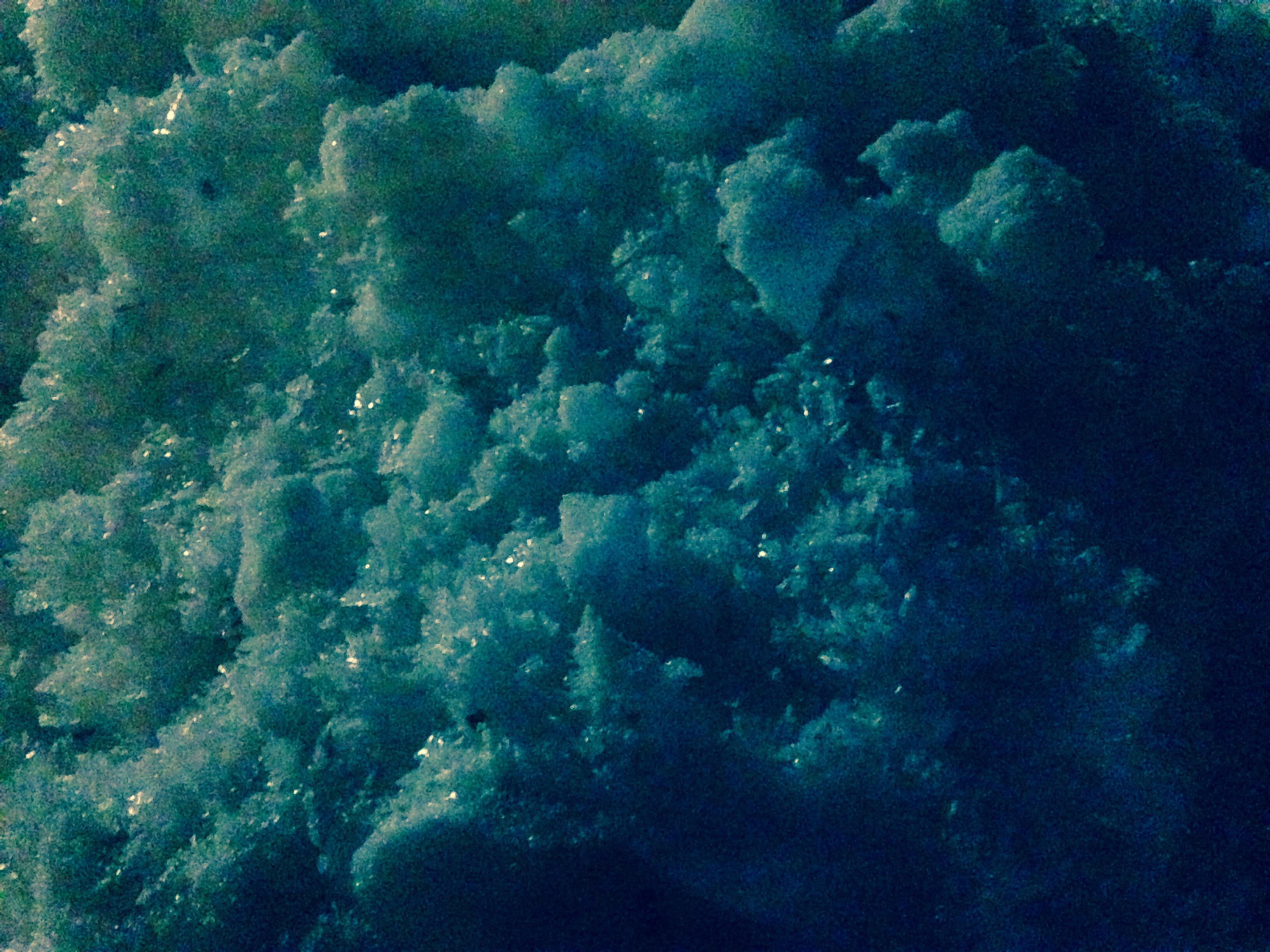 Glitzernder Schnee in der Dunkelheit