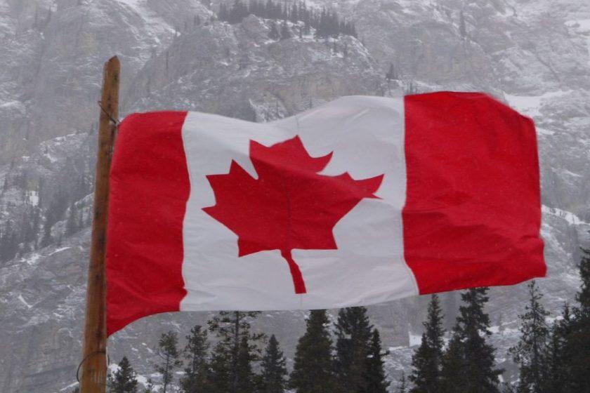 Kanada-Flagge vor Berglandschaft