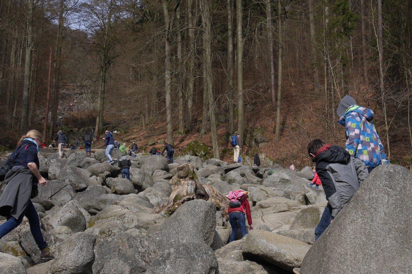 Klein und Groß auf Felsen