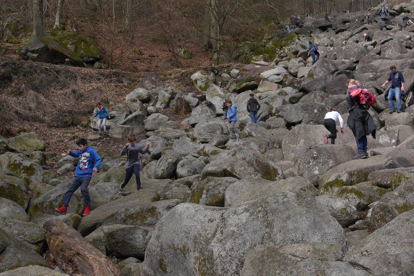 Kinder hüpfend im Felsenmeer
