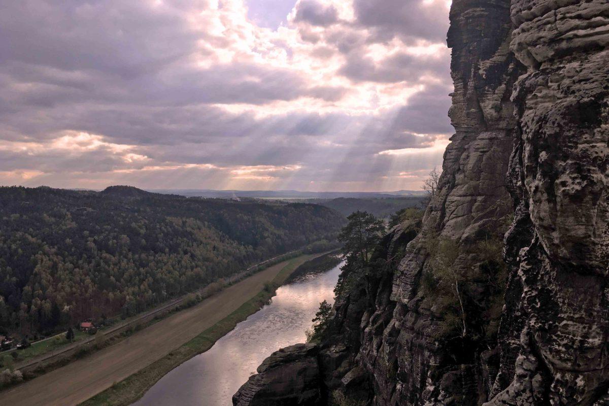 Die Elbe unterhalb eines Felsens im Elbsandsteingebirge
