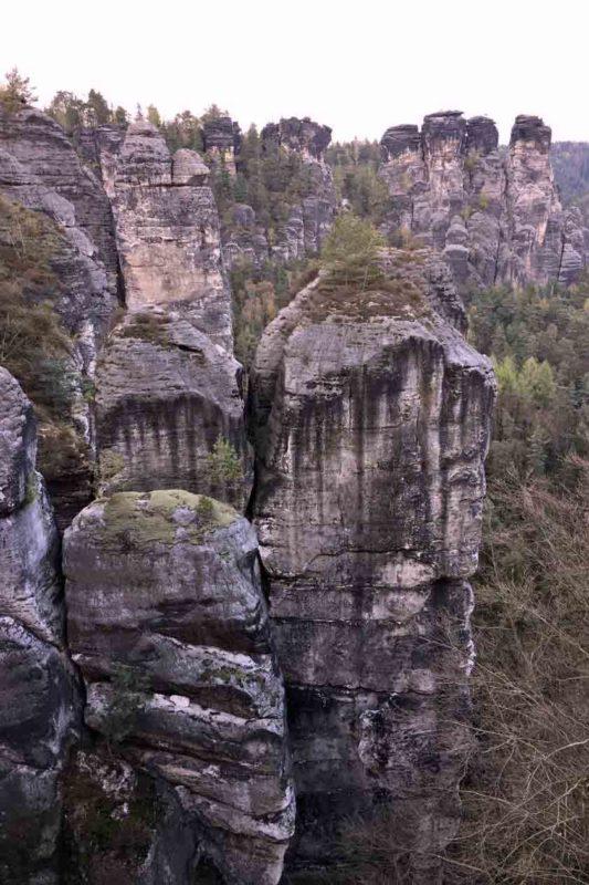 Bizarr geformte Felsen erinnern an Teufel, Unolde und Totempfähle