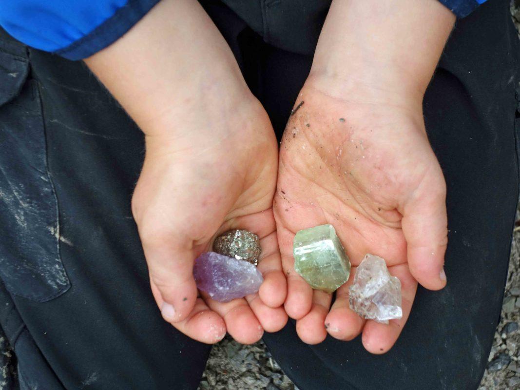 Kind hält Edelsteine in seinen Händen